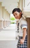 Support d'étudiant sur le sidwalk à l'école Photos libres de droits