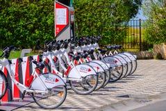 Support d'ADCB BikeShare avec la machine automatique de part de vélo photographie stock