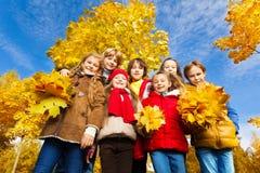 Support d'enfants en parc d'érable Photographie stock libre de droits