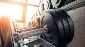 Support d'haltère dans le gymnase de forme physique au matin images stock