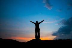 Support d'homme à l'espoir de coucher du soleil pour le succès Photo stock