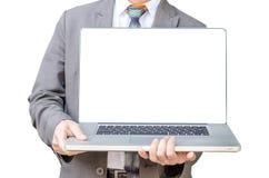 Support d'homme d'affaires avec l'ordinateur portable faisant face à l'appareil-photo et au s Images stock