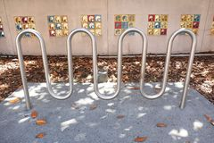 Support de bicyclette obscur avec les tuiles colorées à l'arrière-plan image libre de droits