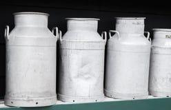 Support de bidons à lait en métal dans la rangée Image stock