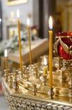 Support de bougie à l'église. Images libres de droits