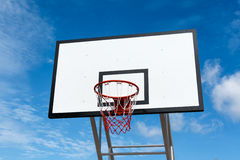 Support de cercle de basket-ball au terrain de jeu en parc Photo stock