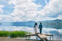 Support de couples sur la plate-forme gaspillée regardant loin Photographie stock