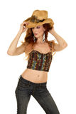 Support de dessus de licou de cow-girl les deux mains sur le chapeau Images libres de droits