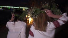 Support de deux beau jeunes filles près d'un feu banque de vidéos
