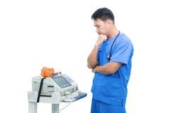 Support de docteur de l'Asie près de moniteur et de stéthoscope d'électrocardiogramme Photos libres de droits