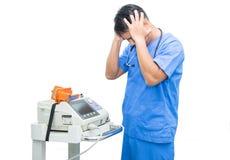 Support de docteur de l'Asie près du moniteur et du stéthoscope d'électrocardiogramme d'isolement Image libre de droits