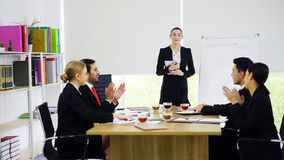 Support de femme d'affaires et présentation aux collègues dans le lieu de réunion photographie stock