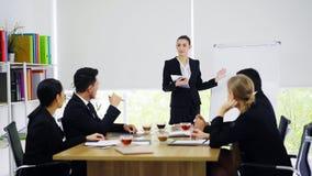 Support de femme d'affaires et présentation aux collègues dans le lieu de réunion photo libre de droits