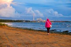 Support de fille sur la plage images libres de droits