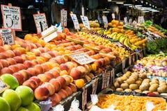 Support de fruit assorti, marché d'intérieur Images stock
