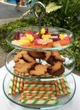 Support de gâteau de couche en verre trois pour la réception au bord de la piscine extérieure Photos stock