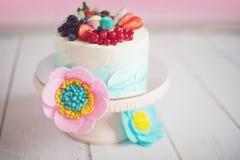 Support de gâteau de vintage avec les mûres et les framboises fraîches de dessert Images stock