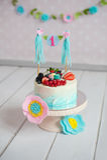 Support de gâteau de vintage avec les mûres et les framboises fraîches de dessert Image stock