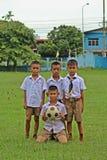 Support de garçon de quatre Asiatiques dans la rangée photo stock