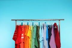 Support de garde-robe avec différents vêtements lumineux photos libres de droits