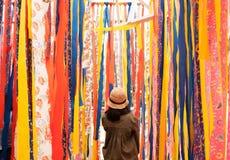 Support de jeune femme avec le fond vibrant coloré de tissu photo libre de droits