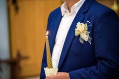 Support de jeunes mariés avec des couronnes pendant la cérémonie photographie stock