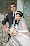 Support de jeunes mariés sur l'escalier avant Photographie stock libre de droits
