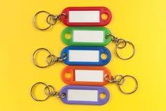 Support de la clé cinq colorée avec le label blanc sur le fond jaune Photos libres de droits