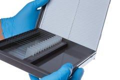 Support de laboratoire avec un verre de couverture micro image stock