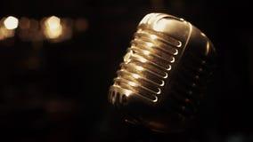 Support de microphone de lueur en métal de concert sur l'étape dans le rétro club vide projecteurs banque de vidéos
