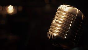 Support de microphone en métal de concert sur l'étape dans le rétro club vide projecteurs lueur banque de vidéos