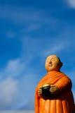 Support de moine bouddhiste pour l'aumône recueillant, moine en céramique Images stock