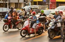 Support de motocyclistes aux feux de signalisation en Thaïlande Photo stock