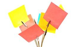 Support de note avec les notes collantes colorées sur le blanc Image stock
