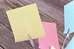 Support de note avec les notes collantes colorées sur le fond en bois Photographie stock