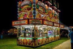 Support de nourriture de carnaval allumé la nuit image stock