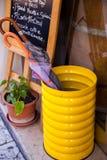 Support de parapluie jaune lumineux avec l'usine Image libre de droits
