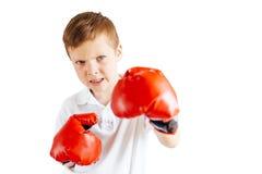 Support de petit garçon au fond blanc d'anneau avec des gants Images stock
