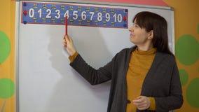 Support de professeur féminin près de tableau noir dans l'enseignement d'école primaire banque de vidéos