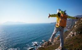 support de randonneur sur le bord de falaise de montagne de bord de la mer Photo libre de droits
