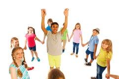 Support de regard gentil de garçon en cercle d'autres enfants Photo libre de droits