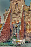 support de séchage devant des ruines historiques photos stock