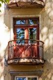 Support de séchage sur un vieux balcon Images libres de droits