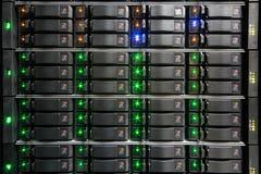 Support de serveur avec les unités de disque dur. image stock