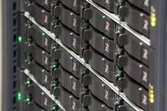 Support de serveur avec les unités de disque dur multiples photographie stock libre de droits