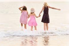 support de 3 soeurs sur le revêtement du front de mer l'océan Image stock
