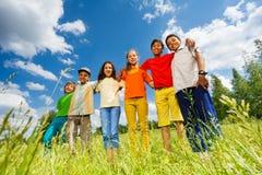 Support de sourire d'enfants dans la rangée directement Image stock