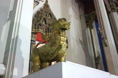Support de statue de lion majestueux dans le temple Images stock