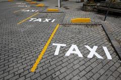 Support de taxi signalisé dans la rue Photo libre de droits