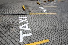 Support de taxi signalisé dans la rue Images libres de droits